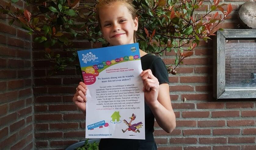 Tessa met de flyer van de Home Edition. (foto: Geeske van de Wardt)