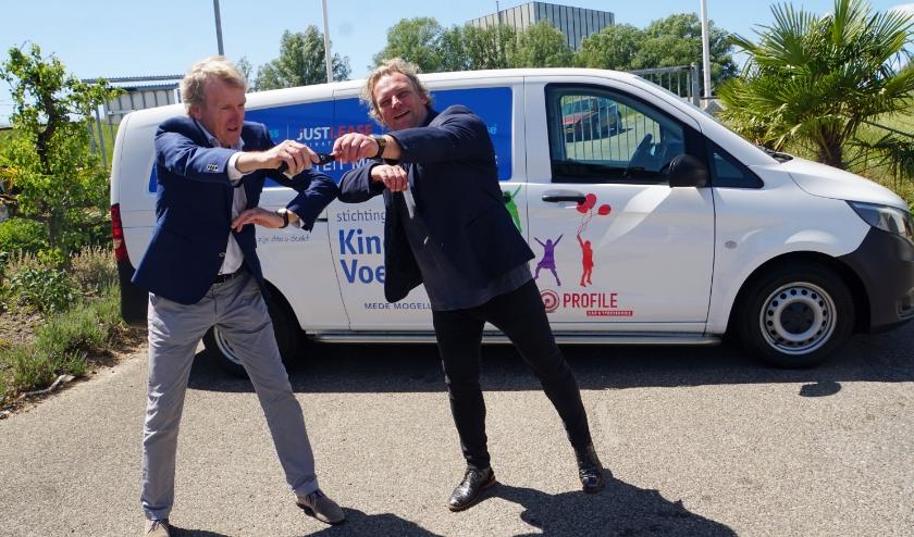 Directeur Jan Terberg overhandigd sleutels aan voorzitter Maurice van de Ven. (foto: Jan Woldberg)