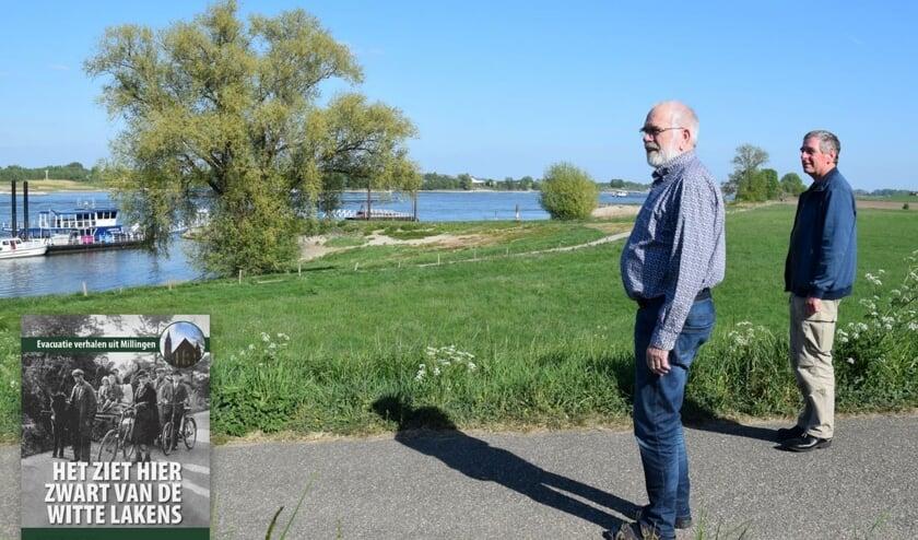 Voorzitter Ton van Raaij en eindredacteur Marcel Engelen bij het veer aan de Rijn. (foto: Wim Snijders)