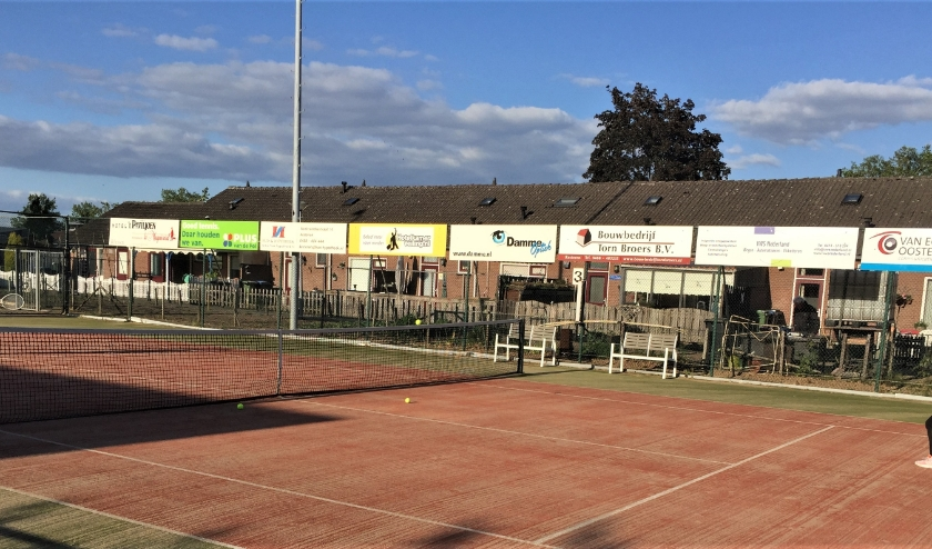 Vader en dochter weer aan het tennissen. (foto: TC Kersenplukkers)