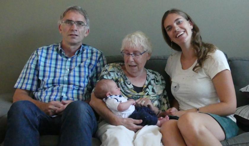 (Over)grootoma, (groot)vader, moeder en (klein)zoon. (foto: Oom Michiel)