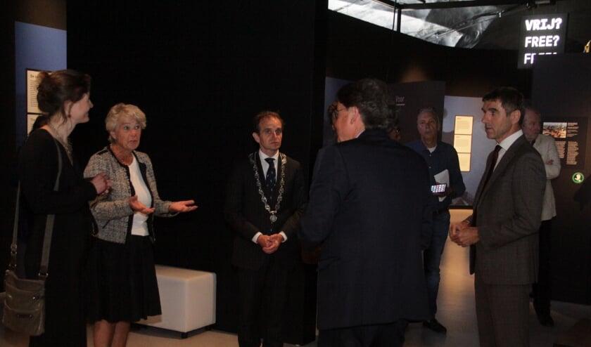 De staatssecretaris krijgt een rondleiding door Wiel Lenders directeur van het Vrijheidssmuseum. (foto: Peter Hendriks)