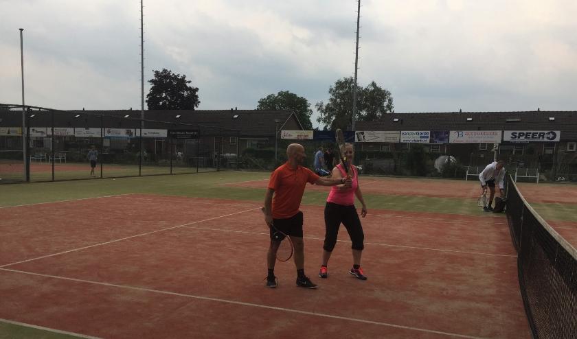 Tennisleraar geeft de juiste aanwijzingen. (foto: De Kersenplukkers)