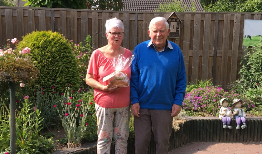 De heer en mevrouw Boerstal ontvingen de lekkernij in hun achtertuin en ook zij toonden een dankbare glimlach. (foto: Tine Boersma)