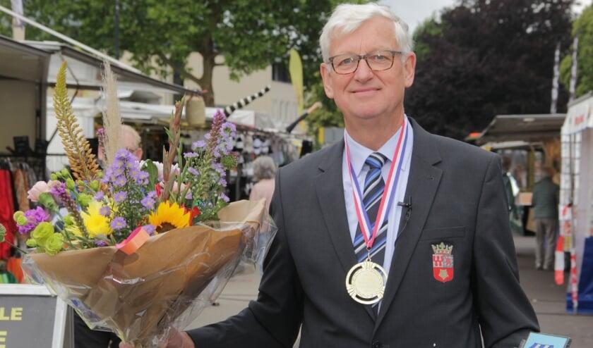 Marktmeester Stef van de Poll met vele bedankjes. (foto: Peter Hendriks)