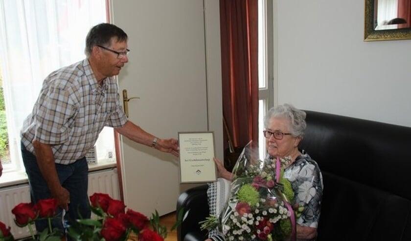 KBO Ooij lid Mevrouw Tonnie Reijnen- van Wijck 90 jaar. (foto: Bert Roodbeen)
