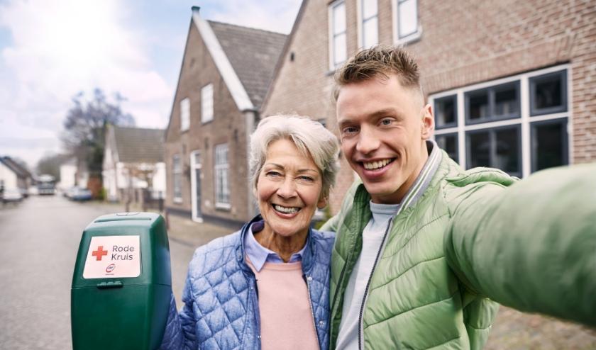 Jong en oud samen aan het collecteren in 2019. (foto: Rode Kruis)