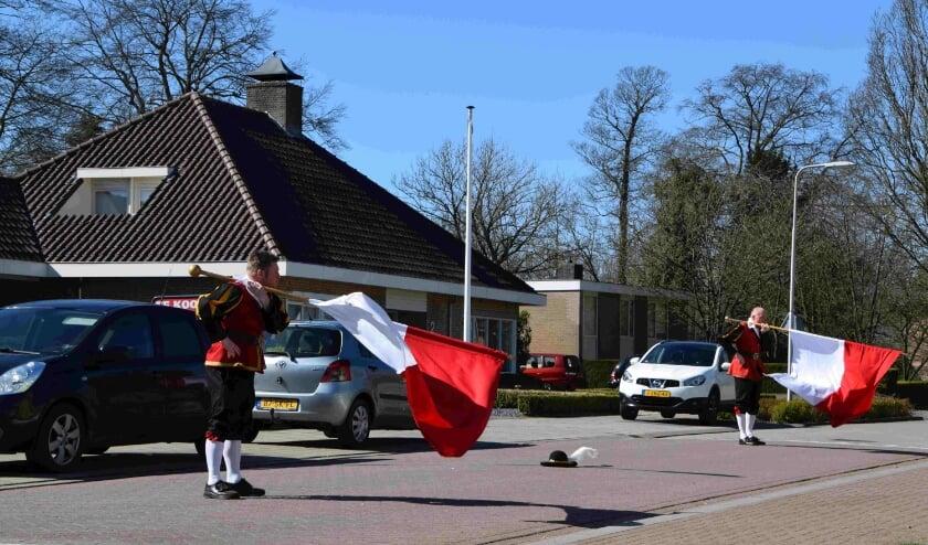 Vendeliers brengen een spontane vendelhulde bij zorgvoorziening Merlijn. (foto: DeDoornenburger.nl)