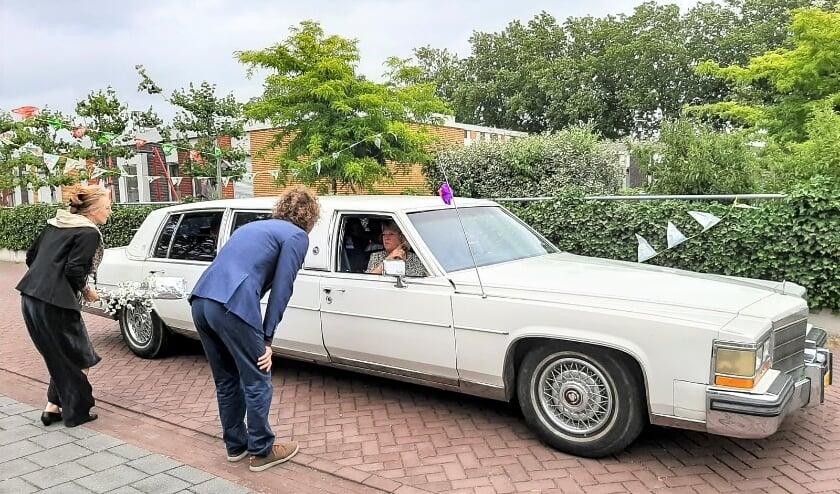 Julian, leerling van De Ziep komt in een limousine zijn diploma ophalen. (foto: De Ziep)