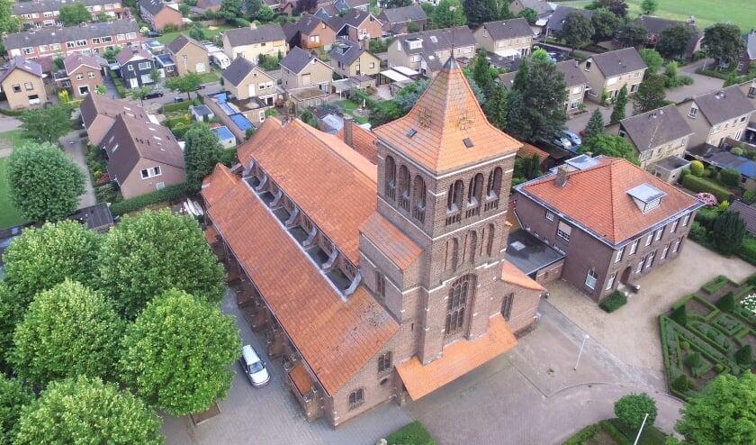 De Zandse Kerk, plus uitvaartcentrum en pastorie. (foto: N. Hubers)