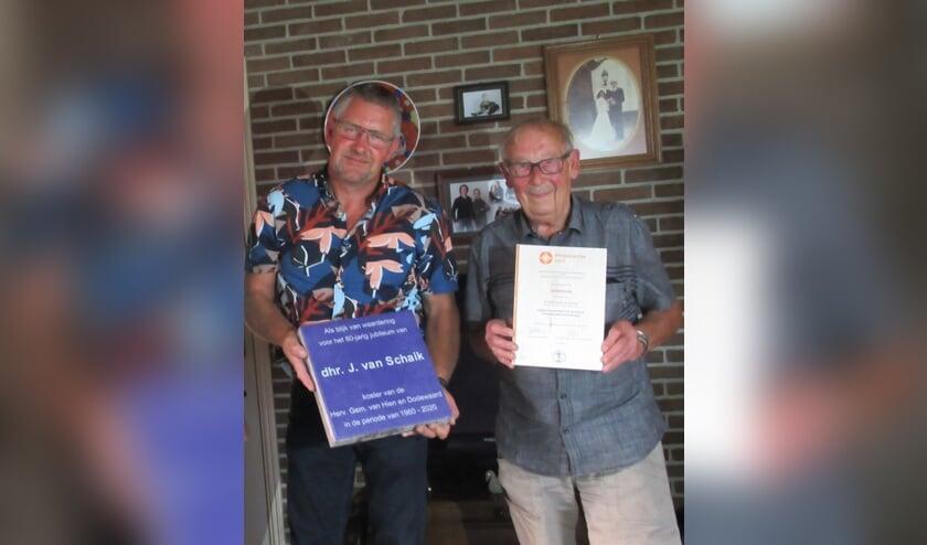 Koster Van Schaik (rechts) en kerkrentmeester Johan Hommerson bij het aanbieden van onder andere de oorkonde. (foto: Alexander Wieringa)