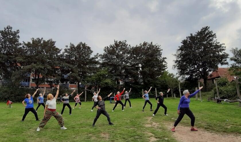 De Dames Dans-Fit groep traint buiten. (foto: Suzanna Wind)