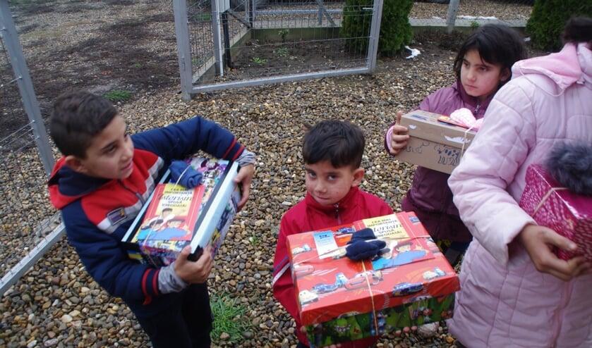 Kinderen in Roemenië, direct na krijgen gevulde schoenendoos. (foto: A de Wit)