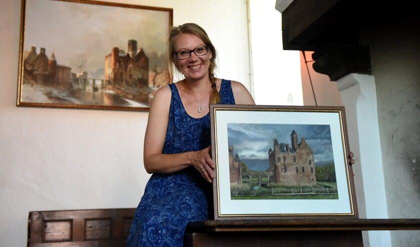 Tamara Maat met haar tekening voor het schilderij van Carl Hilgers. (foto: Sjaak Veldkamp)