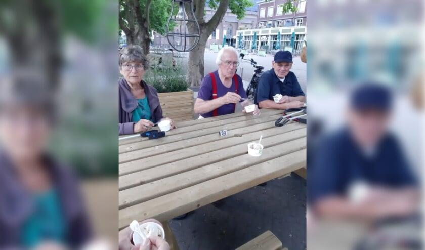 Genieten van een heerlijk ijsje. Jeanette, Cees en Bart. Voor de foto even niet aan de 1,5 meter afstand  gehouden. (foto: Marga Reintjens)
