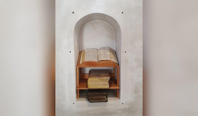 Nis met oude Bijbels in de Joriskerk in Heumen. (foto: PKN Heumen)