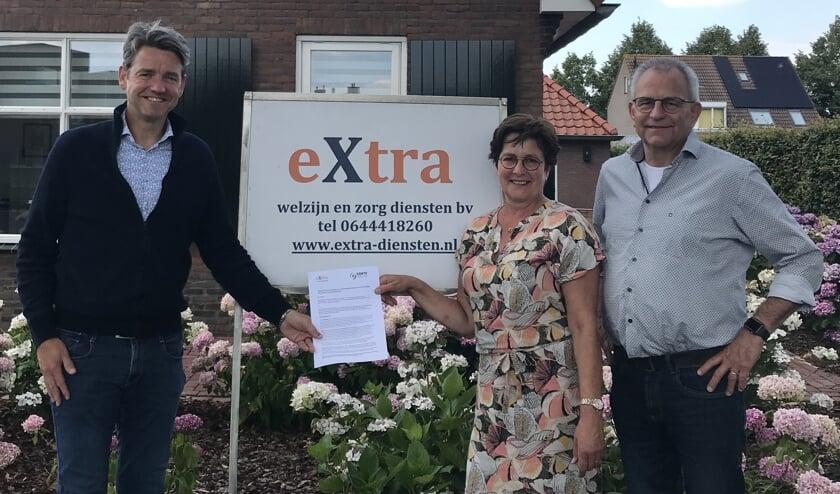 Lucien Peeters van Forte Welzijn met Marius van den Hoogen en Els Bartels van eXtra Welzijn en zorgdiensten hebben hun handtekening gezet onder de overdracht van de personenalarmering in Berg en Dal.