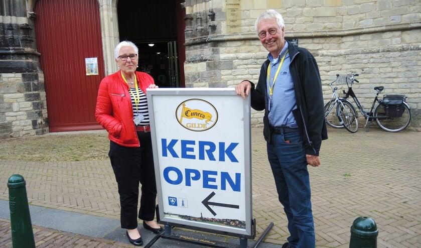 Cuneragildegastvrouw/heer Wijke van Meulen en Jan Blaas. (foto: Willy Hoorn)