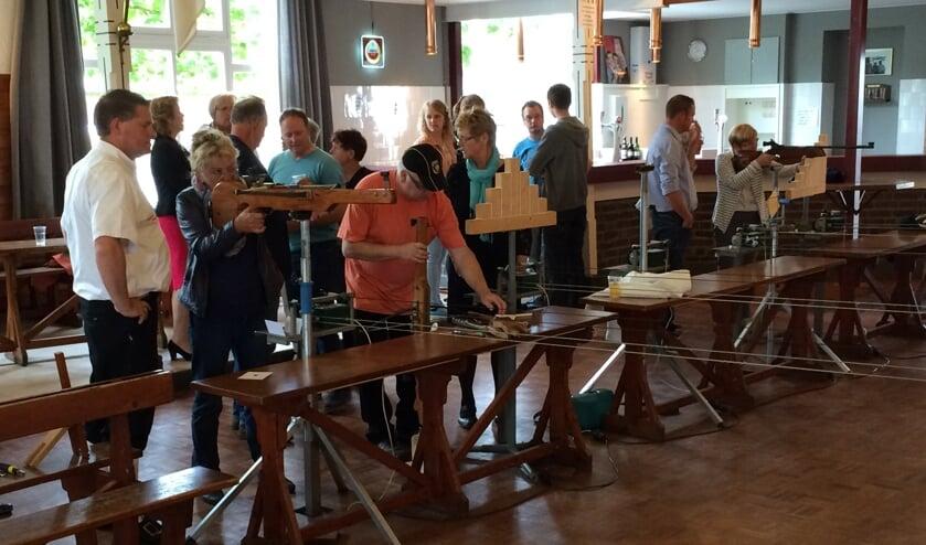 Archieffoto van schutters in actie met luchtgeweer en kruisboog. (foto: www.schutterijdoornenburg.nl)