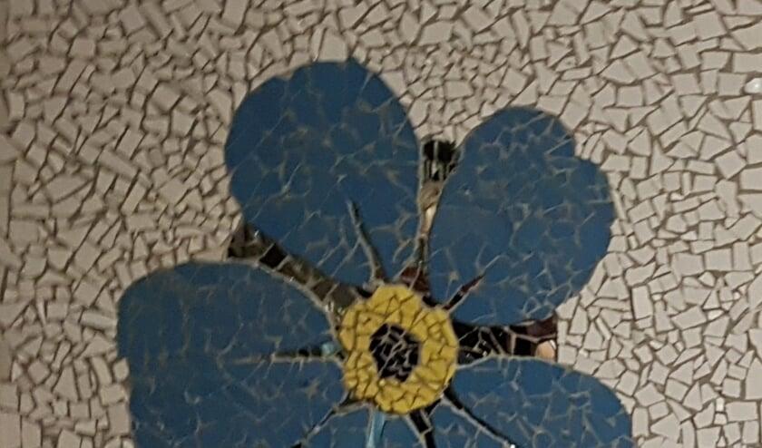Mozaïek van een vergeet-mij-nietje waarmee we laten zien dat we mensen met dementie en hun naasten niet vergeten. (foto: Wilma Drager-Visee)