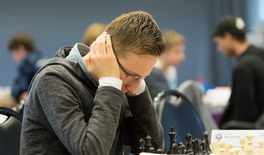 Rembrandt Bruil in actie tijdens het Nederlands Jeugdschaakkampioenschap. (foto: Harry Gielen)