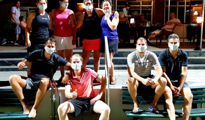 Deelnemers met hun mondkapjes. (foto: Mark Rooijakkers)