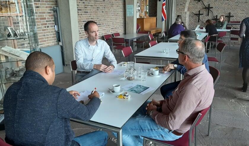 Deelnemers in gesprek met een werkgever. (foto: Cora van den Berg)