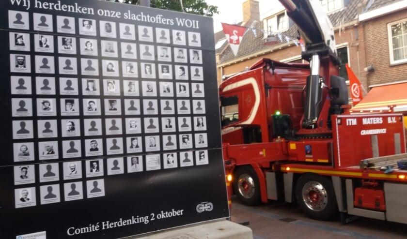 Het 2 zijdig Namenpaneel met de 187 slachtoffers is weer geplaatst, onderdeel van herdenken. (foto: Martien van Hemmen)