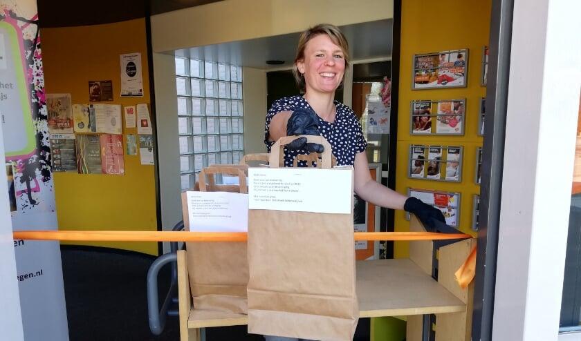 <p>Klantadviseurs van de bibliotheek stellen met zorg de verrassingspakket samen. (foto: Bibliotheek Gelderland Zuid)</p>