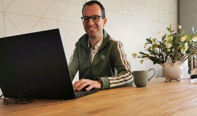<p>Bas van Rossum bezig met de dagelijkse online voetbalquiz. (eigen foto)</p>