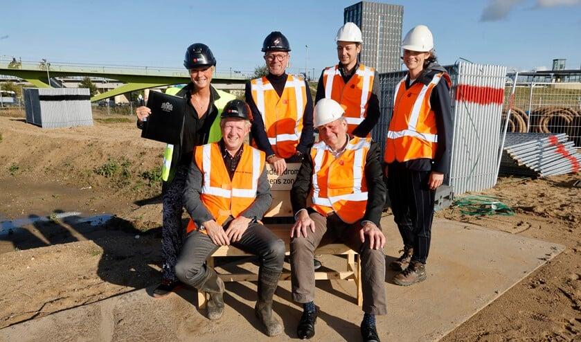 Vertegenwoordigers van gemeente en bouwbedrijf op locatie. (Foto: Gerard Verschooten)