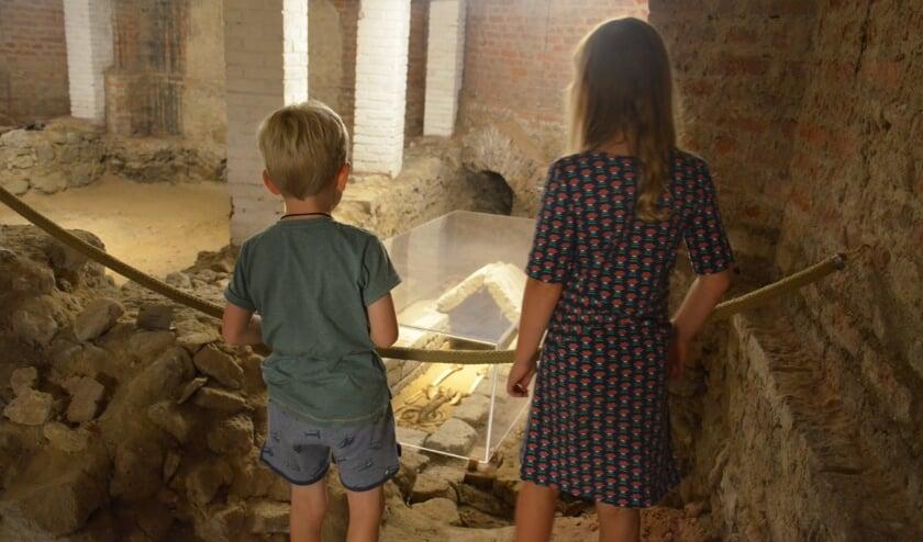 Kinderen bij het Meisje van Elst in het Tempel | Kerk Museum Elst