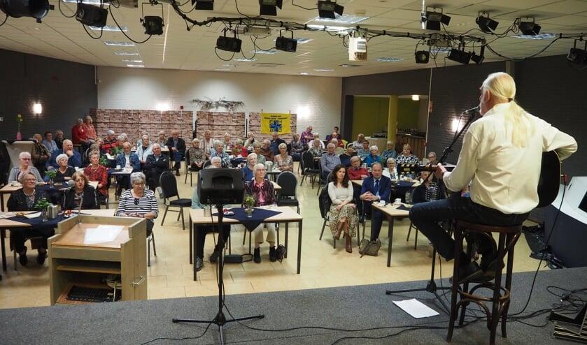 <p>Optreden Dick van Altena tijdens Dag van de Ouderen. (foto: Gerard Nieuwenhuis)</p>
