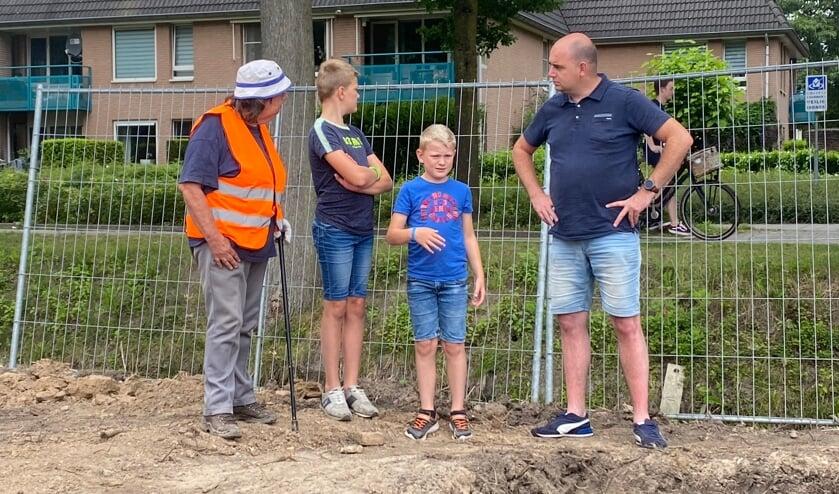 <p>De jeugd wordt ontvangen door Annemarie, bij de opgraving aan de Nedereindsestraat in Kesteren. Opgraving naar het Romeinse verleden van Kesteren. (foto: Andr&eacute; van Ingen)</p>