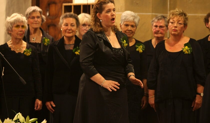 Sopraan Marjo Harmsen en Opera Gelderland-Oost tijdens een concert in Oud-Zevenaar