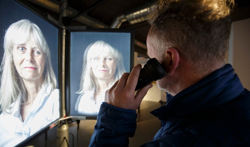 Een bezoeker bekijkt de tentoonstelling MIJN geZICHT. (Foto: Hans Roggen)
