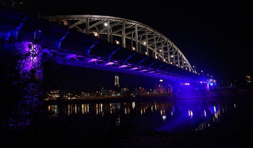 De John Frostbrug kleurt blauw.