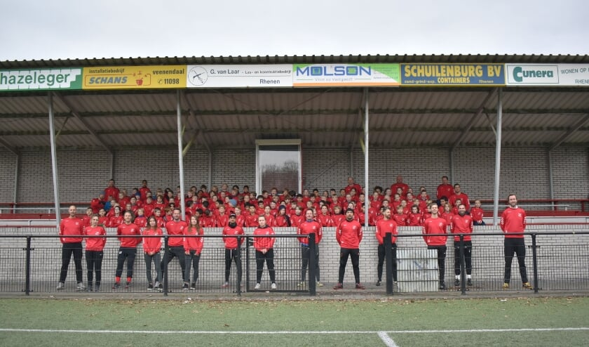 <p>Trainers en onderbouw in de nieuwe sweaters. (foto: Linda Wiggemansen)</p>