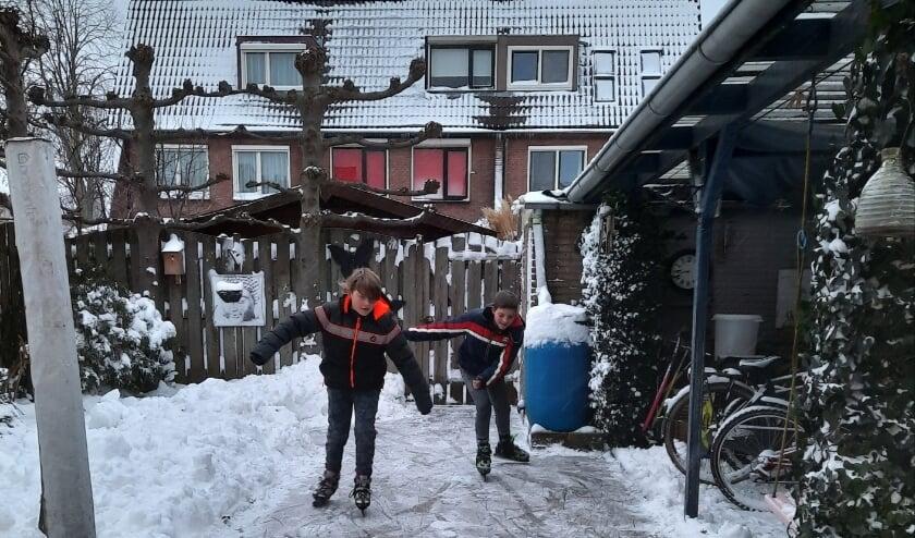 <p>Kevin en Menno op hun eigen schaatsbaan. (foto: Anja Vermeer)</p>