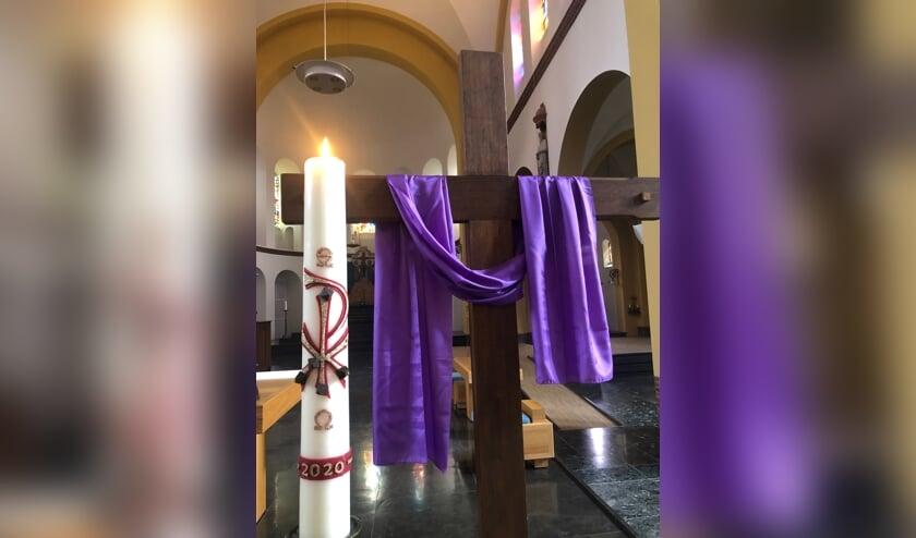 <p>Paaskaars in katholieke kerk Groesbeek. (foto: Parochie Groesbeek)</p>