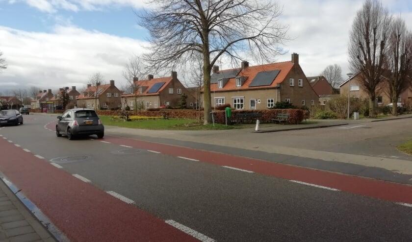 <p>Splitsing Korenbloemstraat met N840, op achtergrond parallelweg. (foto: Dorpsagenda Leuth)</p>