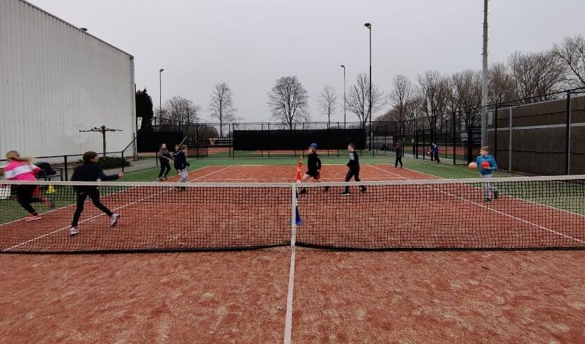 <p>Freerunning groep op de tennisbaan in Lienden. (foto: G. van Verseveld)</p>