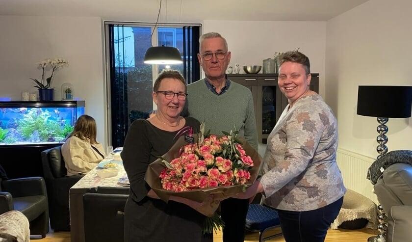 <p>Voorzitter Carla Smits kwam Gerrit en Hennie een bloemetje namens de vereniging brengen.</p>