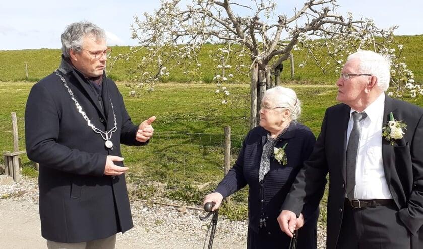 <p>De heer en mevrouw Mauritz-De Rooi en burgemeester Kottelenberg. (foto: A.Hendriks)</p>