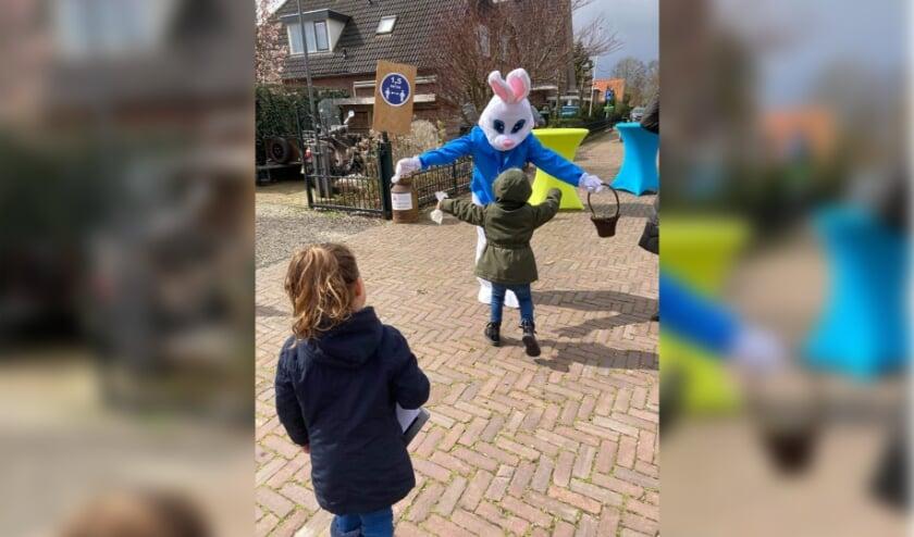<p>De paashaas verwelkomt kinderen uit Randwijk. (foto: Lies Lini)</p>