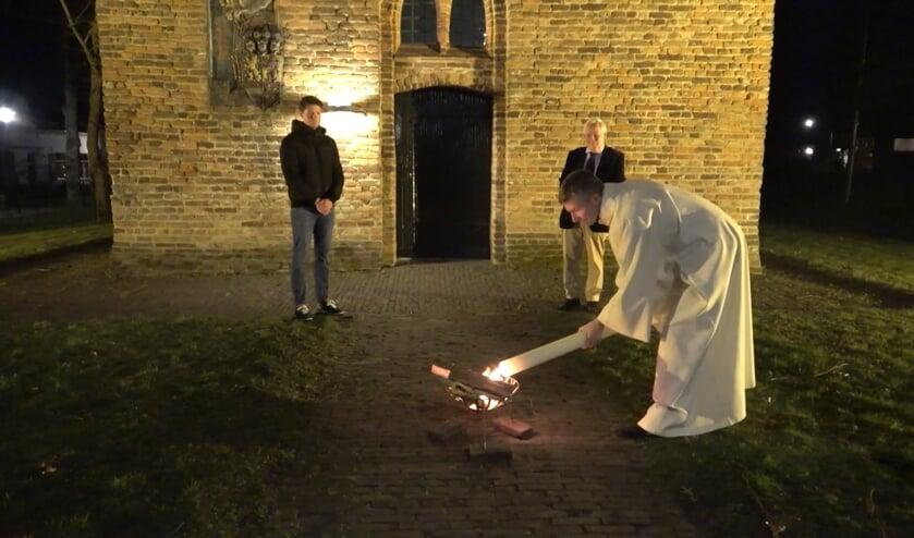 <p>De paarskaars wordt ontstoken (beeld uit onlineviering van zaterdag 3 april). (foto: PKN Heumen)</p>