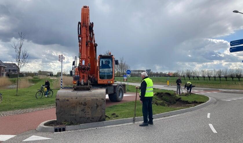 <p>De buitenring van de rotonde wordt uitgegraven. (foto: W. Alink)</p>