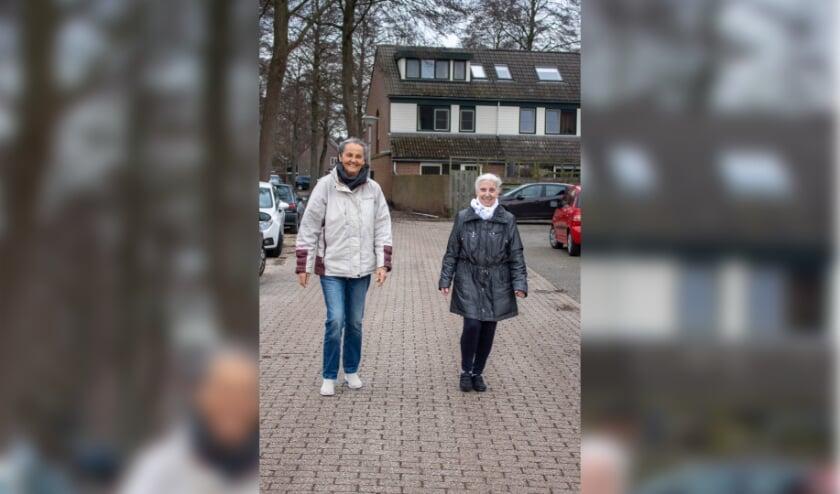 <p>Iemand met dementie krijgt steun van een buurtgenoot. (foto: Bente Lenderink)</p>