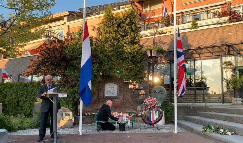 <p>Evert Meeuwissen leest de namen voor van alle slachtoffers Jan Nielen legt voor elk slachtoffer een Gerbera. (foto: screenshot van de video die hier bij gemaakt is gemaakt door Jan Nielen)</p>
