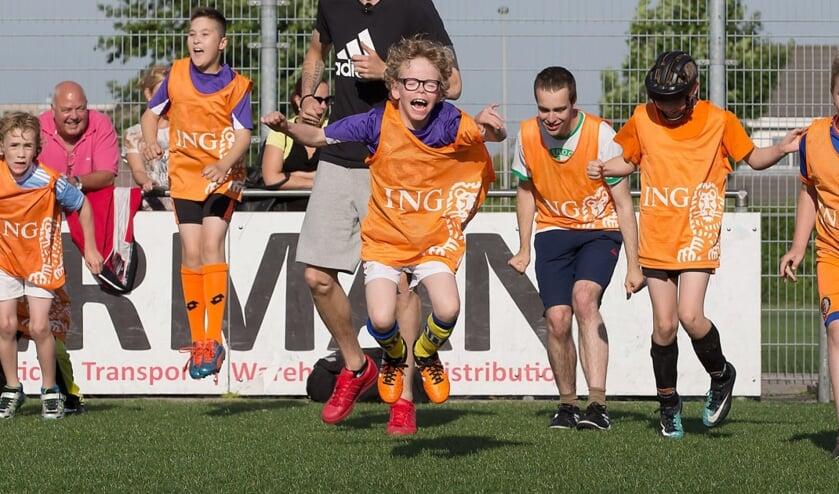 <p>Plezier op het voetbalveld. (foto: Stichting Fonds Gehandicaptensport)</p>